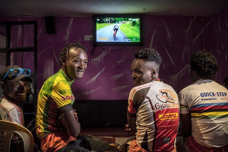 De talenten van Safari Simbaz volgen de Tour. Froome is hun voorbeeld, David Kinjah hun begeleider. Linksonder (met pet) zet Kinjah een fiets in elkaar. Beeld Sven Torfinn