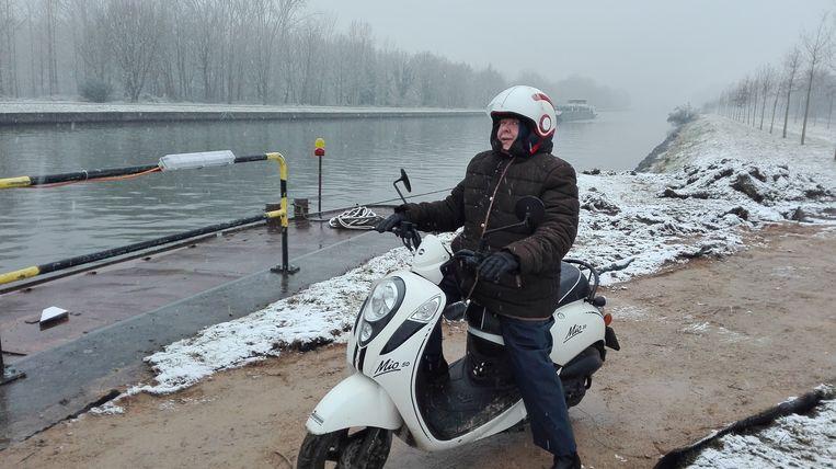 Christiane Nobels neemt haar scooter mee. Ze is blij dat ze terug naar het graf van haar man kan aan de overkant.