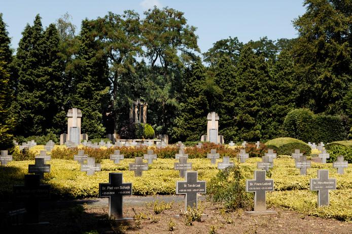 Dieven hebben toegeslagen op de begraafplaats van Broederhuis Glorieux. Zij gingen ervandoor met een kruisbeeld. Foto Jan Stads / Pix4Profs