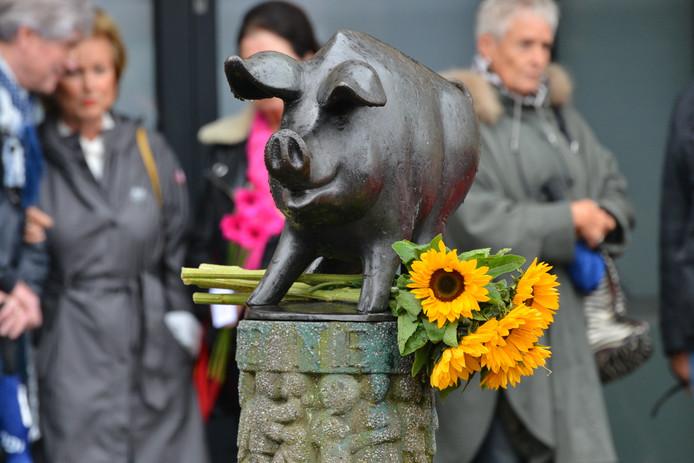 Bloemen voor Thijs bij het varkentje aan de kop van de Ginnekenweg.