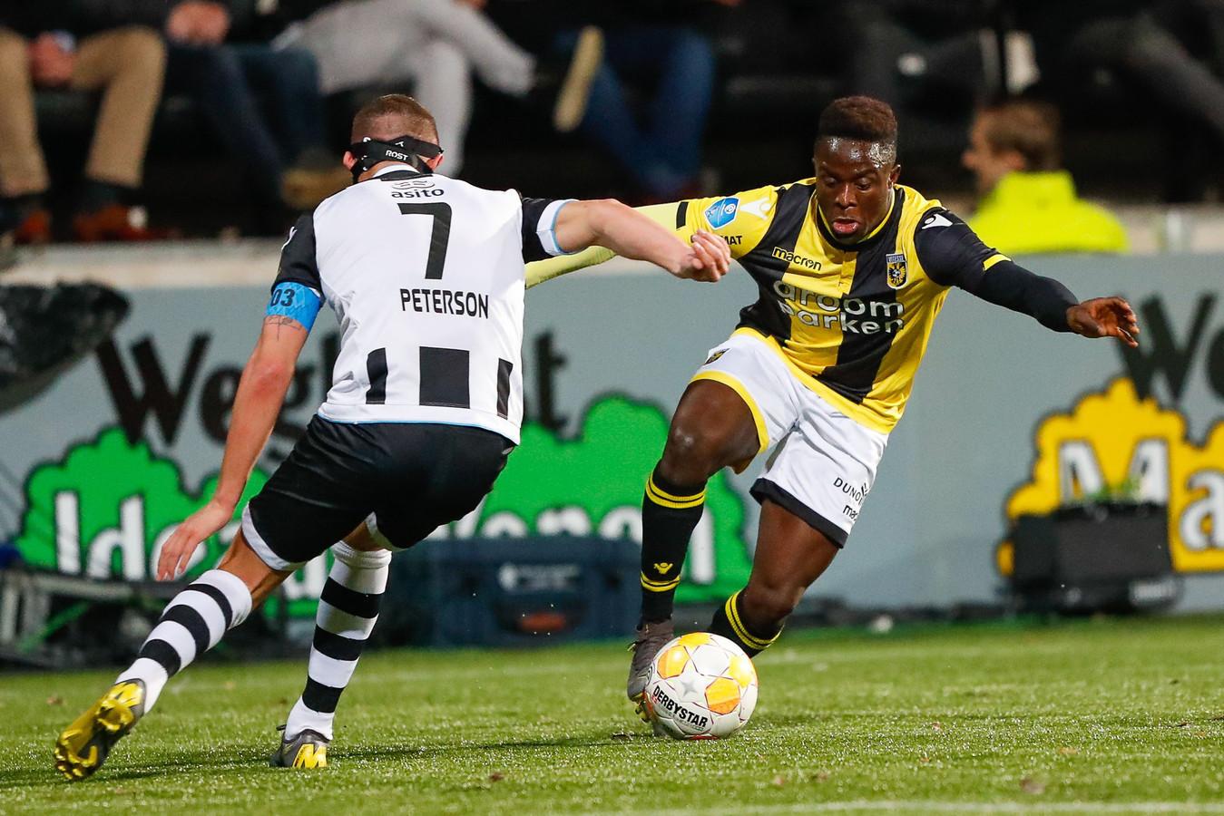 Hilary Gong, in het vorige seizoen bij Vitesse. De Nigeriaan gaat het duel aan met Kristoffer Peterson van Heracles Almelo.