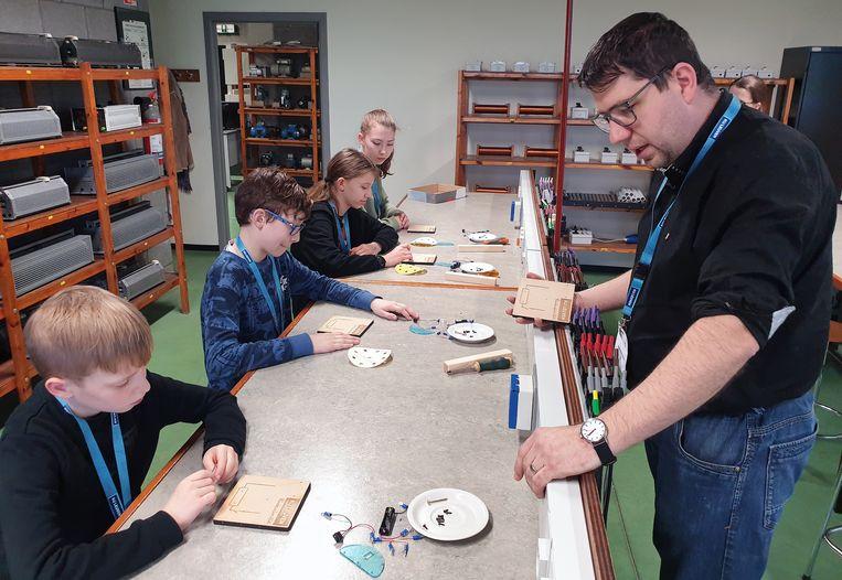 Hans Wambacq geeft een workshop aan kinderen op de Kinderuniversiteit