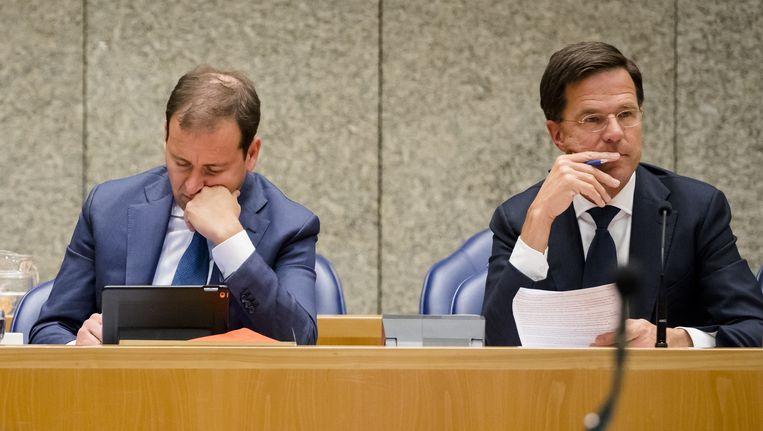 Vicepremier Asscher en premier Rutte tijdens een debat in de Tweede Kamer. Beeld ANP