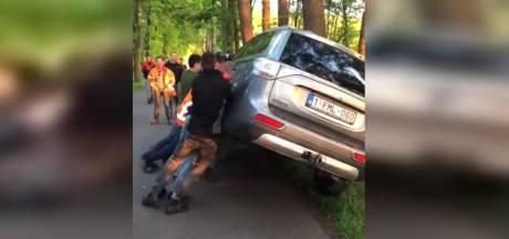 Justitie jaagt op vandalen die auto's van activisten omver gooiden in Boxtel, beelden bijna miljoen keer bekeken