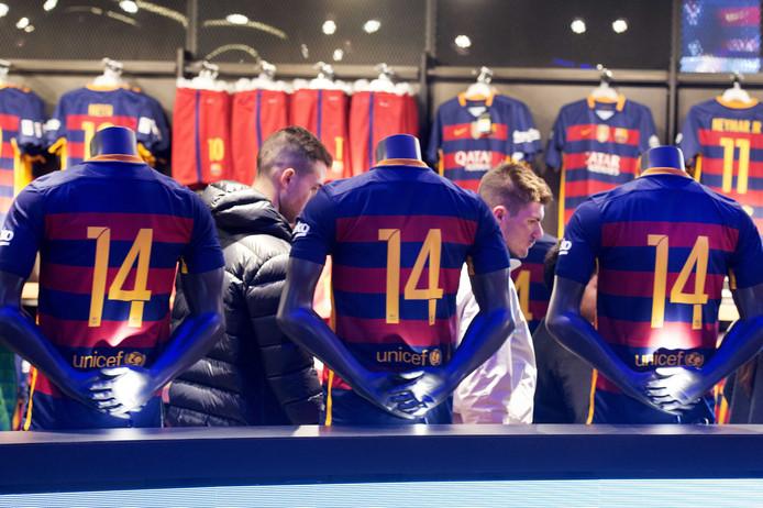 Voetbalshirtjes met rugnummer 14 in de fanshop van FC Barcelona. .