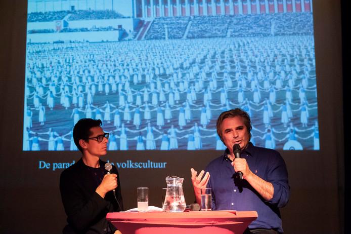 Presentator Ruud Geven (links) in gesprek met Timo de Rijk, directeur van het Design Museum over de komende expositie met vormgeving uit het Derde Rijk. Foto Olaf Smit.