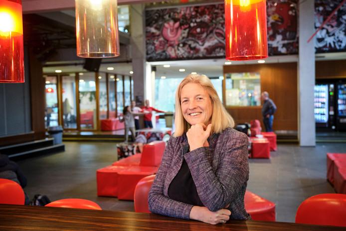 De nieuwe rector Stytia de Leeuw in de aula van het Stedelijk Gymnasium Schiedam.