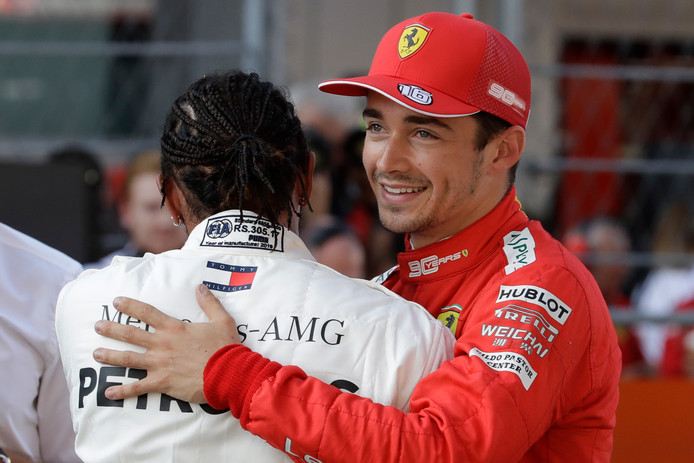 Charles Leclerc wordt gefeliciteerd door Lewis Hamilton.