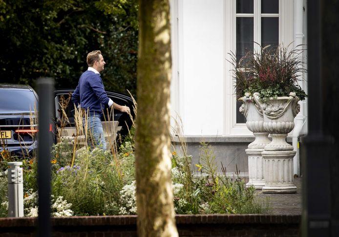 Minister Hugo de Jonge arriveert bij het Catshuis in Den Haag voor een overleg over het coronavirus.