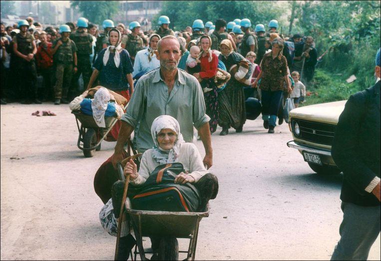 Bosnische moslims ontvluchten Srebrenica, onder toeziend oog van Dutchbat-militairen. Beeld Hollandse Hoogte