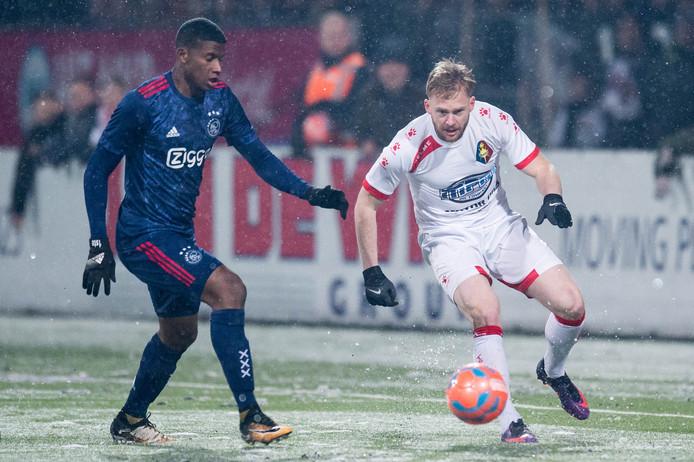 Melvin Platje (Telstar) in duel met Luis Orejuela van Jong Ajax.