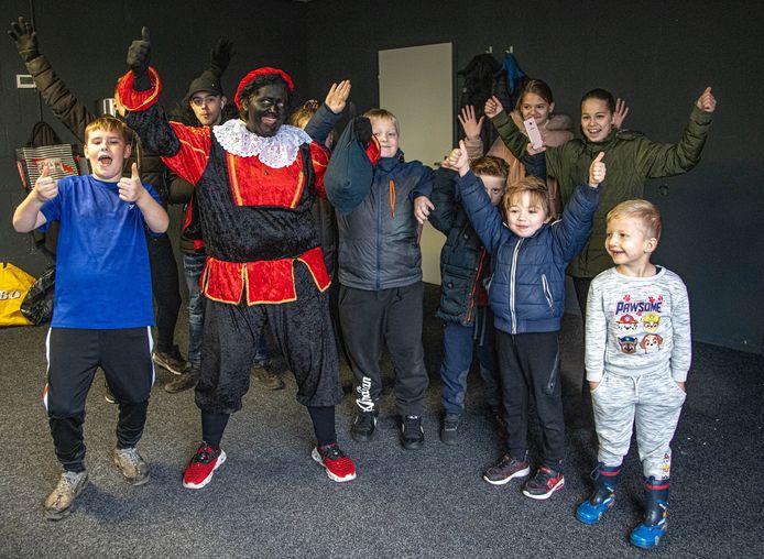 Woonwagenbewoners vieren Sinterklaas in het eigen pand aan de Newtonweg op Marslanden