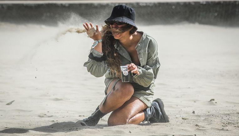 Deze bezoekster van WECANDANCE amuseert zich in het zand.