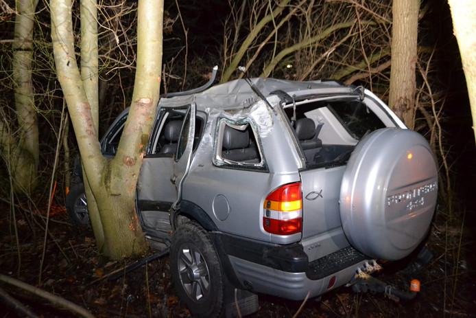 Auto belandt tussen de bomen op A325