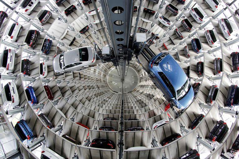Binnenin een van de glazen auto-opslag silo's die Volkswagen in Wolfsburg heeft staan. Beeld AP