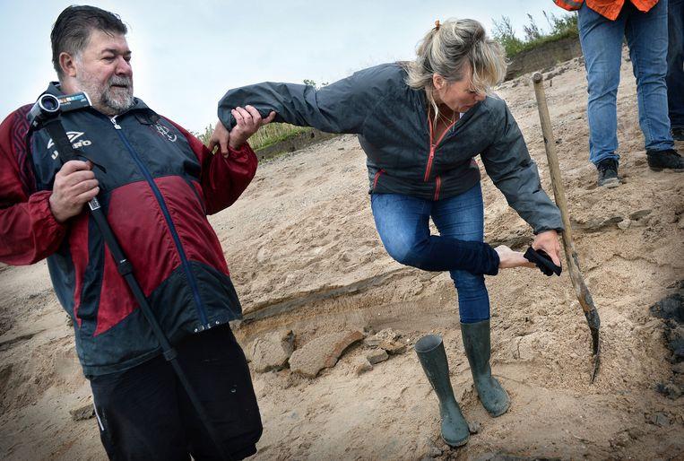 Jos van Koolwijk helpt Sigrid van den Heuvel met haar laarzen. Beeld Marcel van den Bergh