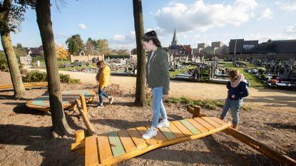 Spelenderwijs rouwen op het kerkhof van Oudsbergen