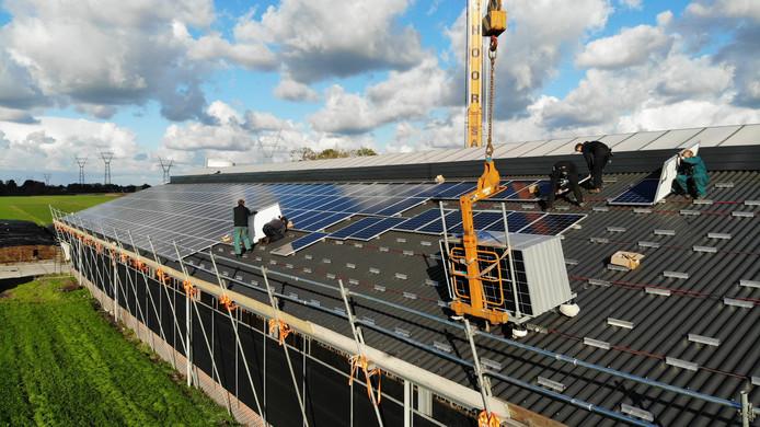 Op een boerderij in Hazerswoude worden zonnepanelen geplaatst.