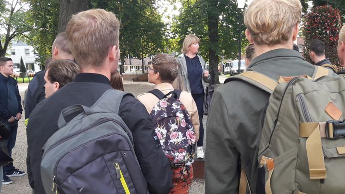 Bossche HAS-leerlingen krijgen bij Museum Jan Cunen uitleg over Jan Cunen.