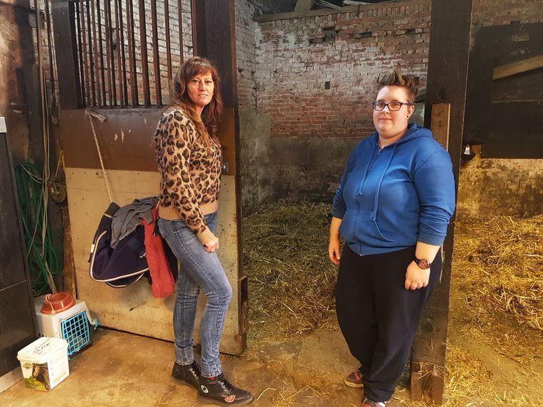 Griet Dierckx en Ina Panis, de vaste ruiter van het paard, aan het hokje van 'Milleke'.