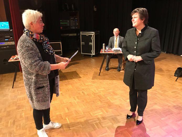 De voorzitter van de Boekelse vertrouwenscommissie, Maria van den Broek, overhandigt de profielschets aan de Commissaris van de Koning, Ida Adema.