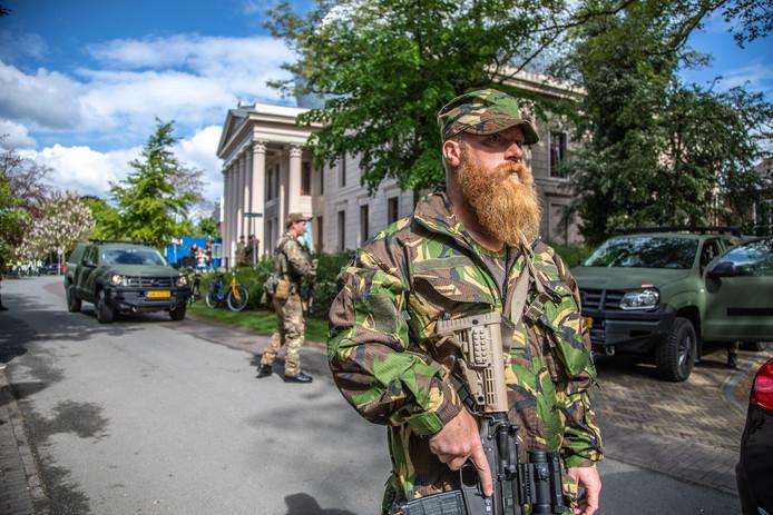 Bij museum De Fundatie oefent een groep militairen van de geneeskundige eenheid een gijzelingsactie. Een situatie die onverwachts kwam.