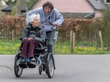 'Vrienden' schenken rolstoelfiets aan Het Gasthuis in Gorinchem