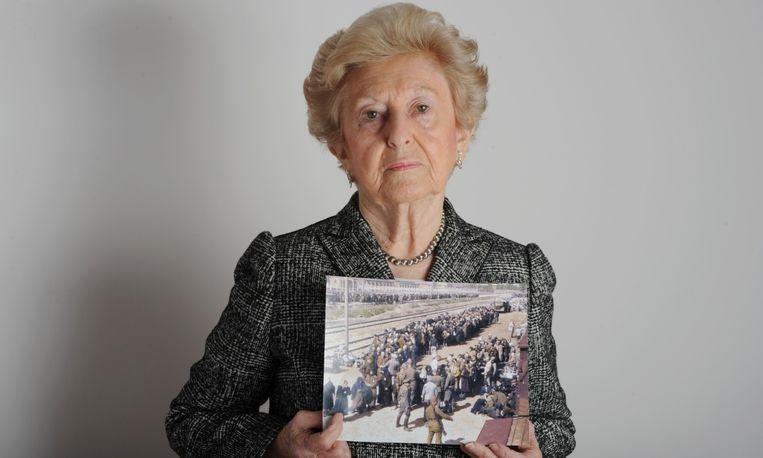 """""""Dat is het beeld dat nu al 70 jaar in mijn geest gebrand staat"""", zei Weiss terwijl ze wees naar de foto die op een groot scherm in de rechtszaal was geprojecteerd"""
