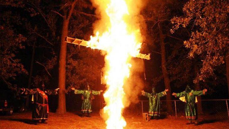 KKK-leden bij een kruisverbranding in South Carolina.