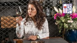 """""""Haal je maar 3 à 4 aroma's uit de wijn, dan gaat het om eenvoudige wijn die nooit meer dan 7 à 8 euro mag kosten"""". Word zelf sommelier met Sepideh"""