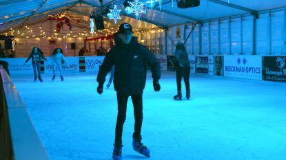 Eerste schaatsers op het ijs van blauw verlichte schaatspiste: 'Ninove On Ice' gaat van start