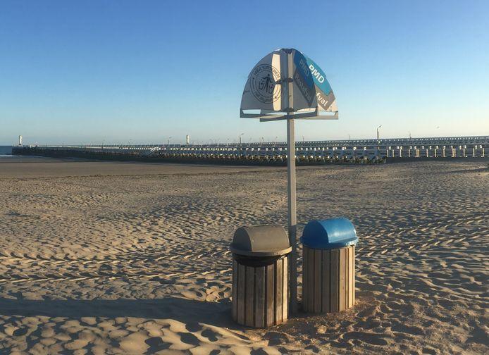 Op het strand staan al vuilbakken om afval gescheiden in te zamelen.