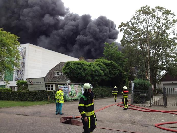 De dikke zwarte rookwolken bij de brand bij Huiskes Metaal aan de Centaurusweg in Tilburg zijn tot in de verre omtrek te zien.