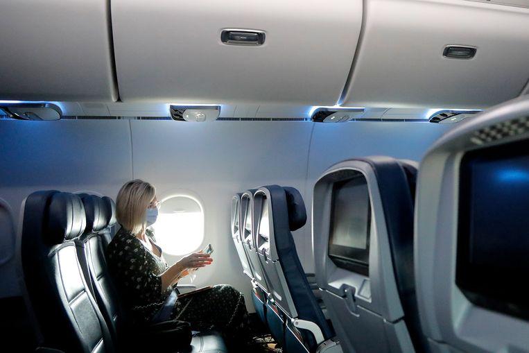 Een passagier die mee kan met een vlucht van Delta Air die wel doorgaat.  Beeld AP