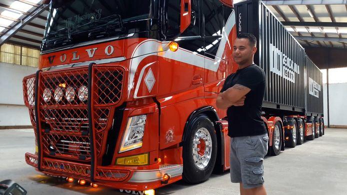 Rowdy de Vogel (33) bij zijn truck.