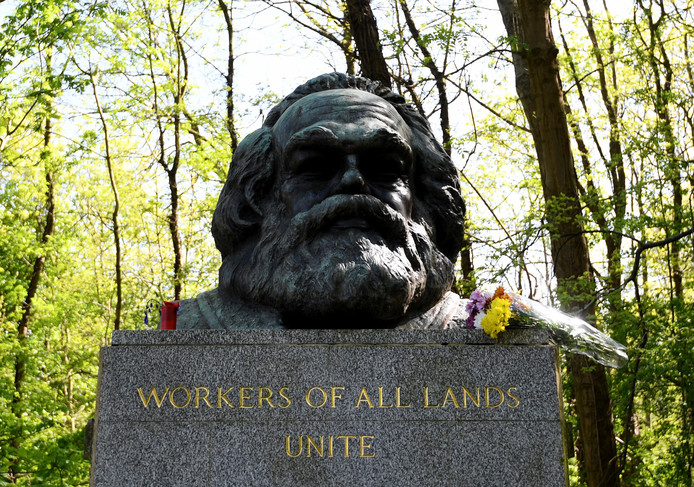 De graftombe van Karl Marx in Highgate cemetery in Londen.