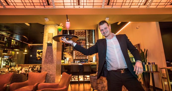 Manager Rick Kuperus in restaurant De Koets, dat clubchic is ingericht. Goud, zwart en mooie verlichting.