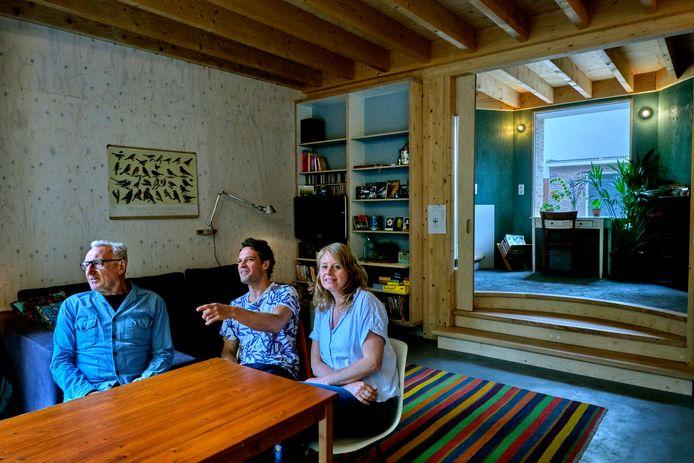 Ber Mooren ontwierp en bouwde een nieuw 'Middeleeuws' huis aan de Vest voor zijn zoon Maarten, schoondochter Arianne en kleinkind Max.