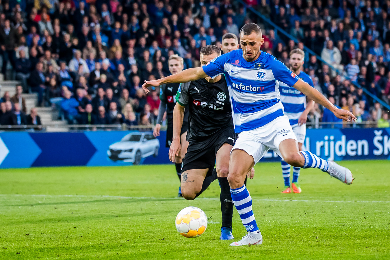 Jordy Thomassen haalt aan, maar vindt FC Groningen-doelman Sergio Padt op zijn pad.