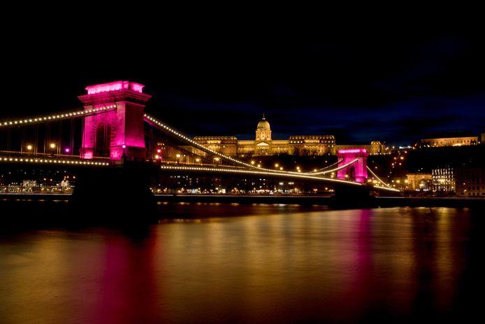 De Kettingbrug kleurt roze voor de Giro.