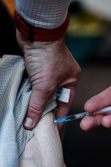"""""""Avec les variants du virus, il faut passer à la vaccination d'urgence"""", estime le professeur Nathan Clumeck"""