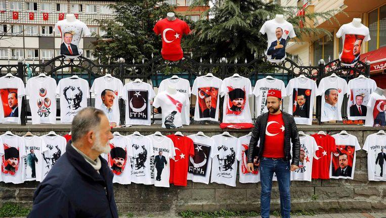 Een straatverkoper in Rize handelt in T-shirts met afbeeldingen van de Turkse president Recep Tayyip Erdogan en Mustafa Kemal Atatürk, grondlegger van de republiek Turkije Beeld reuters