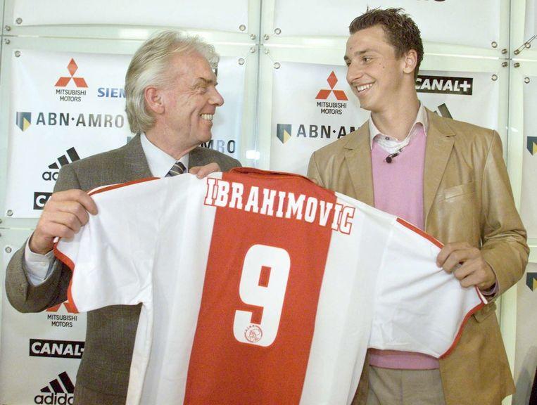 Leo Beenhakker verwelkomt de nieuwe negentienjarige Zweedse spits Zlatan Ibrahimovic van Malmo FF (2001). Beeld anp