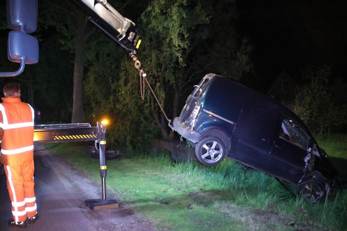 De bestuurder van een Caddy haalde in, raakte een BMW, sloeg over de kop en liet een spoor van vernielingen na. Toch vertrok hij te voet voor de politie er was.