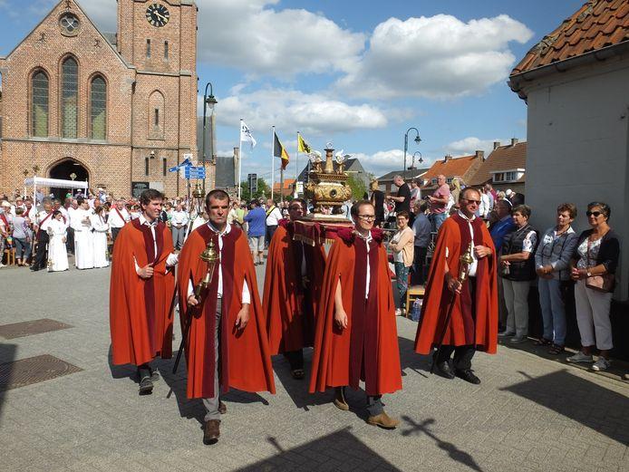 Het sluitstuk van de processie: de overbrenging van de relikwie.