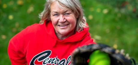 Kapotte knieën dwingen Lies (67) na ruim een halve eeuw met softbal te stoppen: 'Ik ga de kinderen missen'