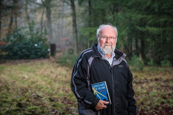 Schrijver Wolter Noordman uit Heerde op de plek waar vroeger camping De Filipsberg was, aan de Molenweg in Wapenveld. In een van de huisjes zat de Engelse piloot Walter Randall een nacht ondergedoken. Hij had in de buurt een noodlanding gemaakt.
