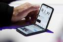De nieuwe Samsung Galaxy Z Flip heeft een 6,7 inch oledscherm dat halverwege in twee plooit. De telefoon ligt voor een adviesprijs vanaf 1500 euro binnenkort in de winkels.