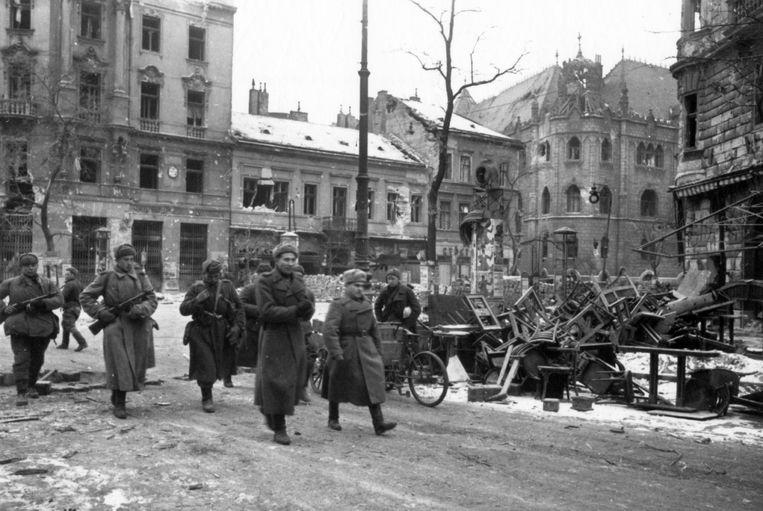 Sovjet-soldaten in Boedapest, 1945.  Beeld