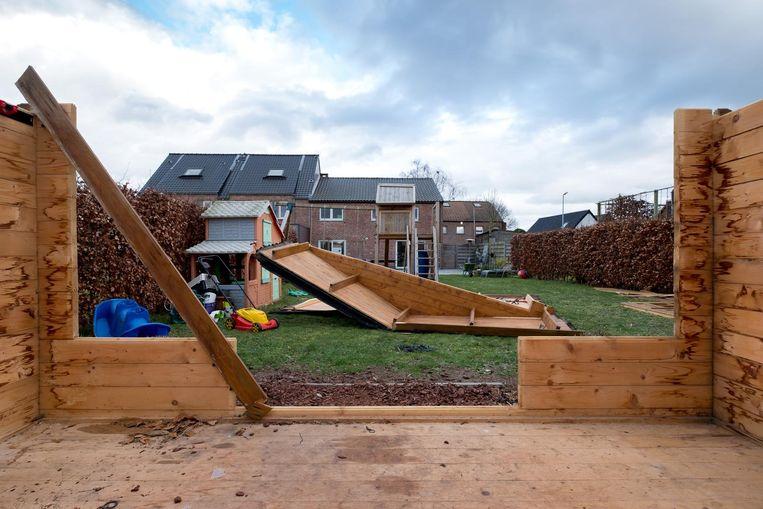 In Wintam is in de Jozef Spiessensstraat het dak van een tuinhuis gaan vliegen.